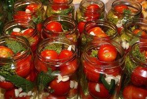 Квашеные помидоры со смородиной - добавляем к помидорам листочки и ягоды