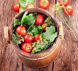 Вкусные помидоры в бочке