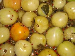 Зеленые маринованные томаты